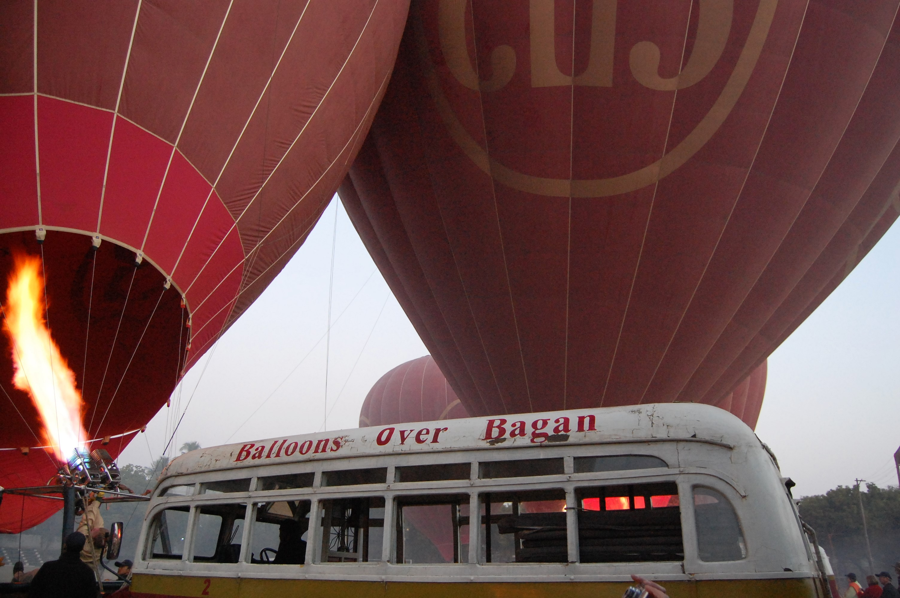 気球に乗って空中遊覧!朝靄に浮かぶバガンの仏塔群が素晴らしい!
