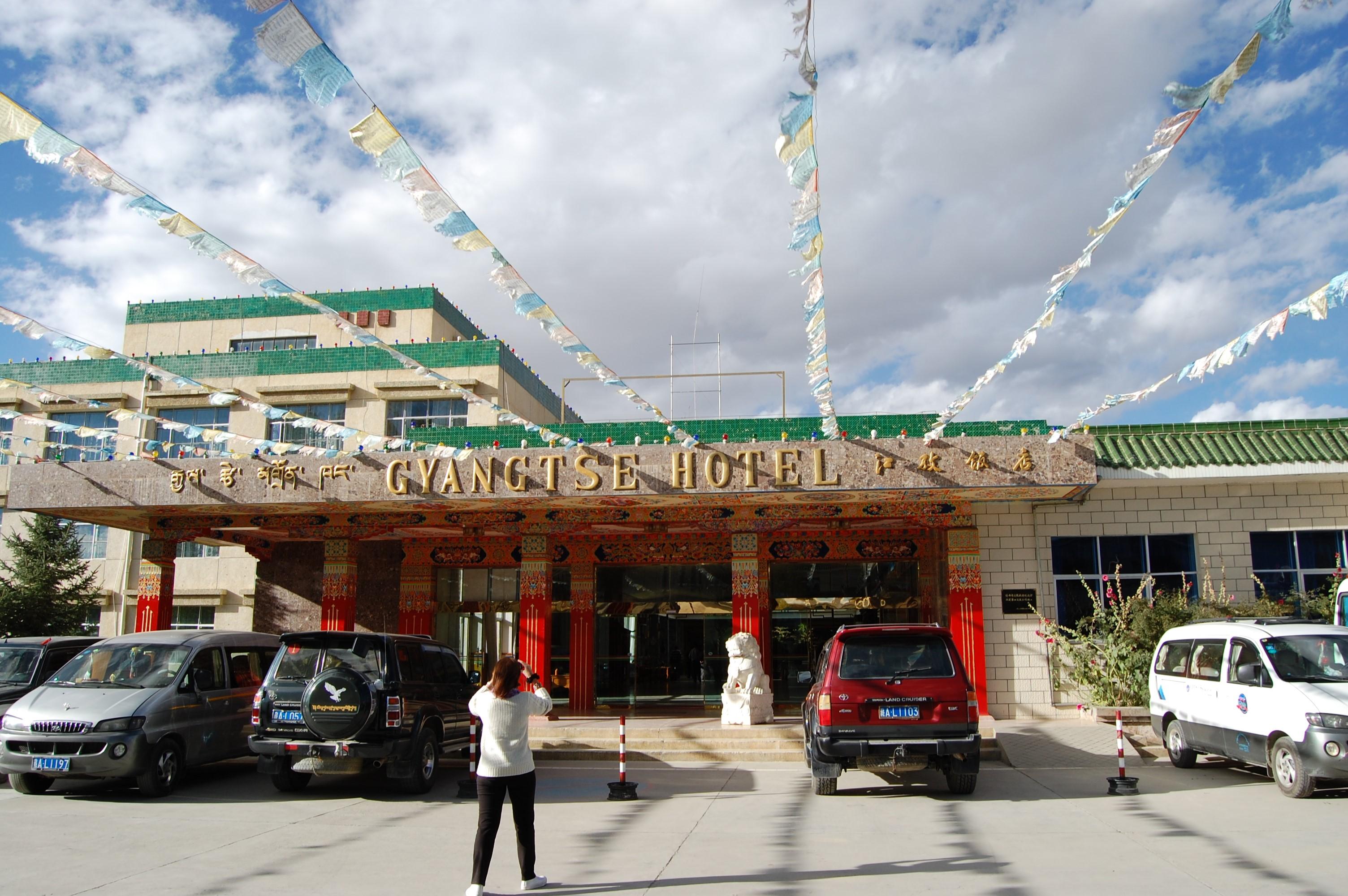 チベットのギャンツェ ホテルに滞在