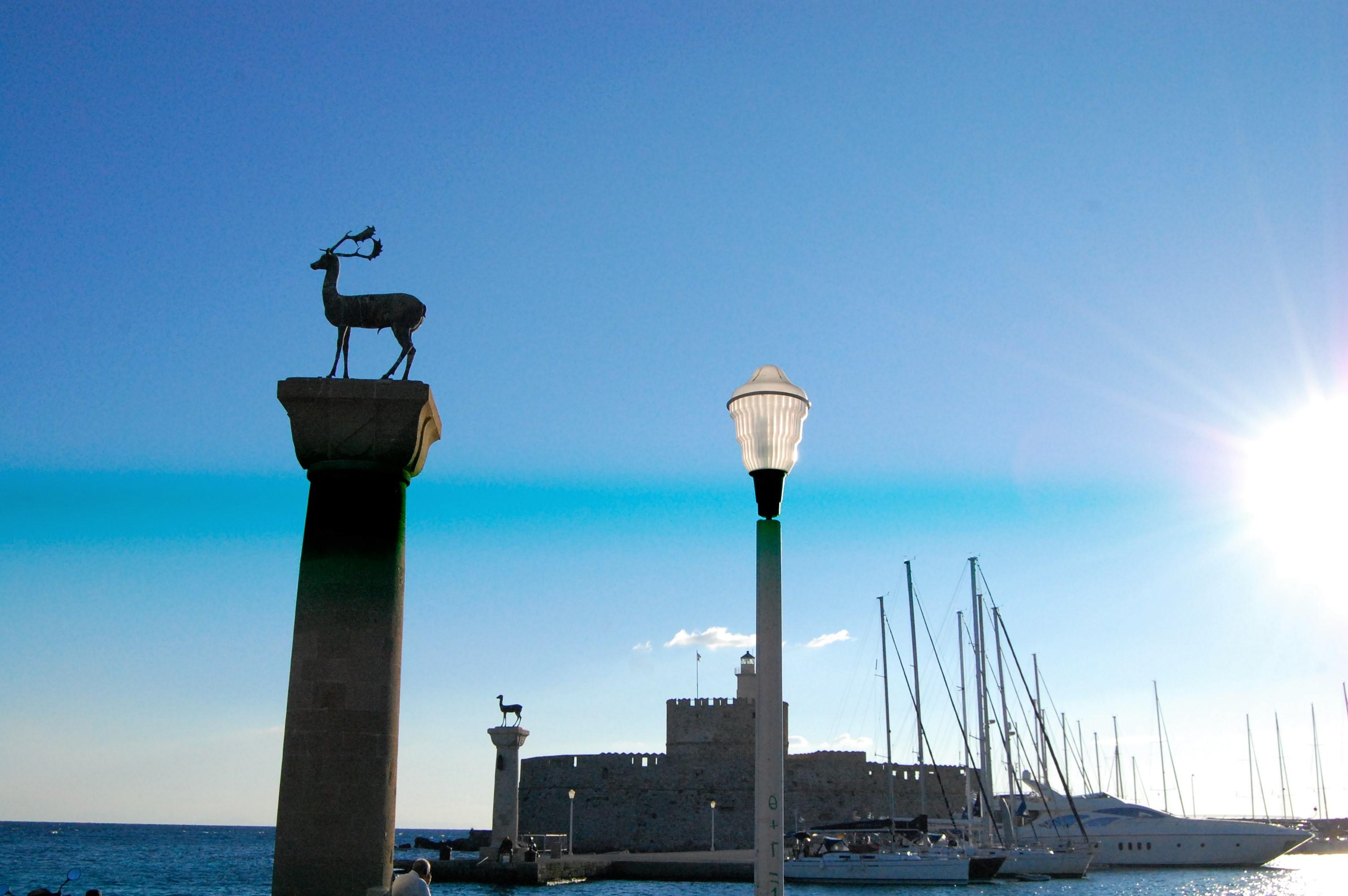 太陽とバラの島ロードス島、太陽神ヘリオスが跨いだマンドラキ港