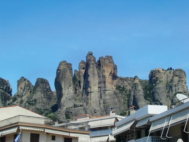 メテオラの奇岩群の麓にあるディヴァニ メテオラ ホテル