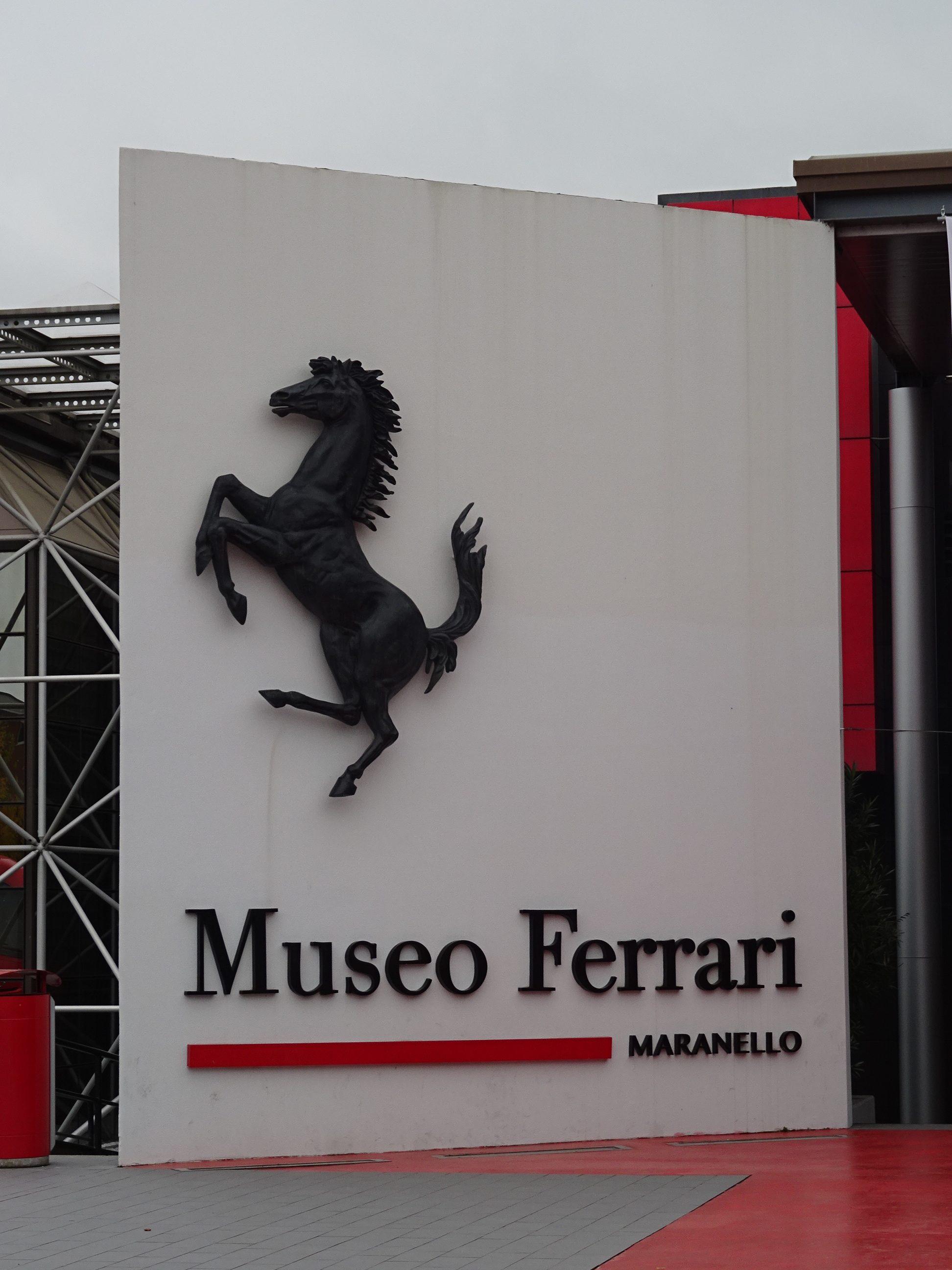 フェラーリーミュージアムでずら~っと並ぶ真っ赤なフェラーリ