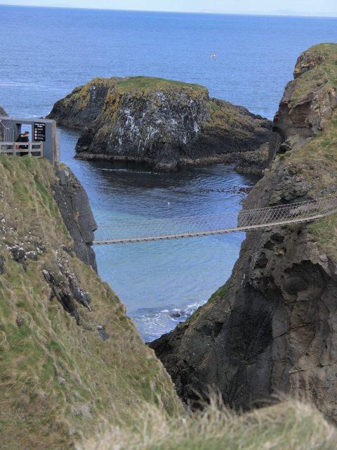 スコットランドの島影を望むキャリック ア リード吊リ橋