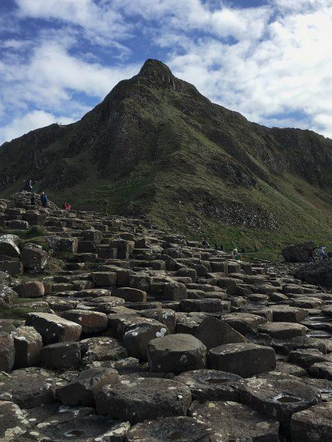 海沿いに敷き詰められた六角形の石柱群がスゴイ!巨人伝説の残るジャイアンツ・コーズウェイ