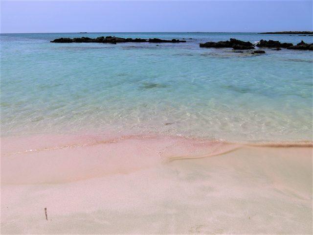 クリスタルブルーとピンク色の砂浜が美しいエラフォニシビーチ