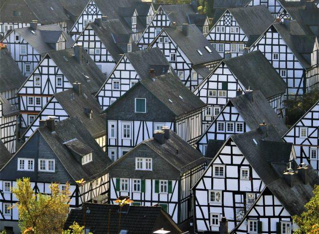 カッコいい!モノトーンの木組みの家が並ぶフロイデンベルグ