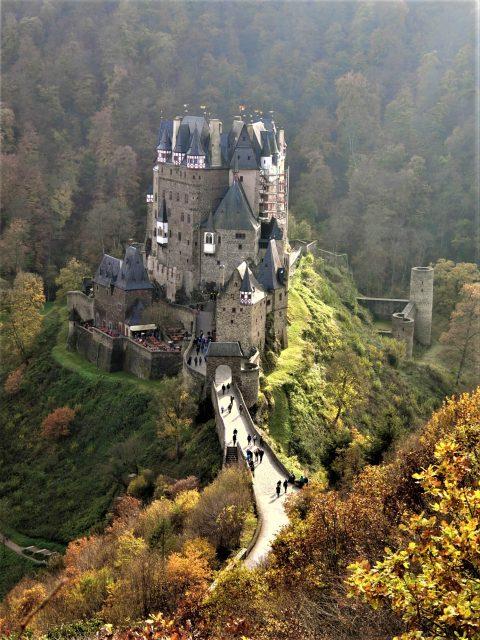 山間にひっそりと佇む美しいエルツ城