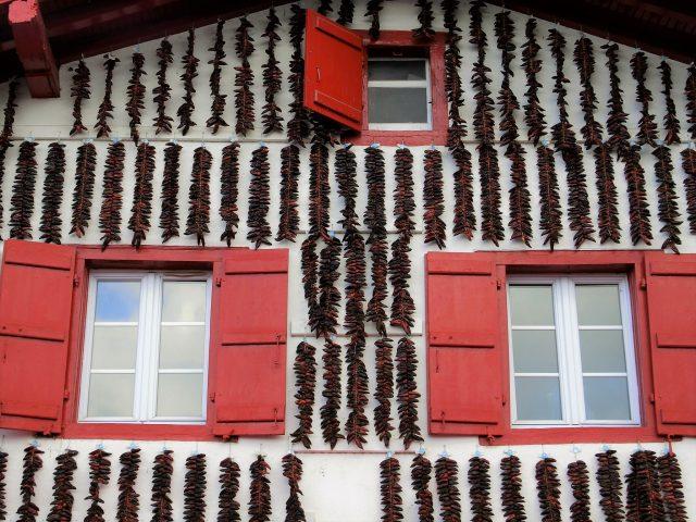 白壁に真っ赤な唐辛子!フレンチバスクの可愛いエスペレット村