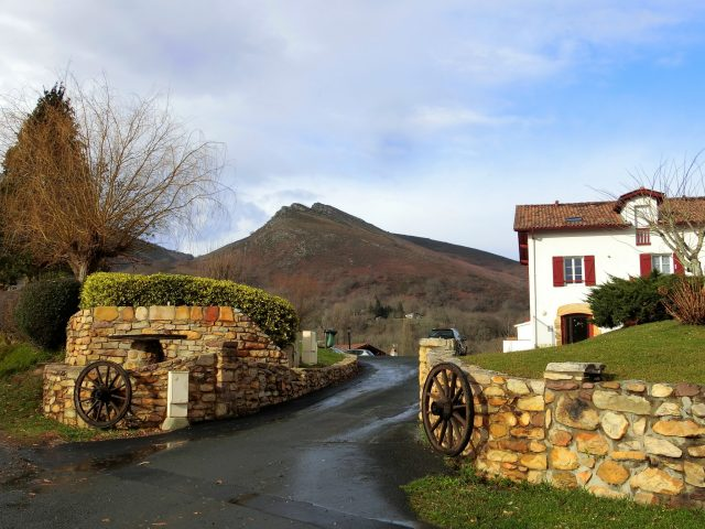 """フレンチバスクにある""""フランスの美しい村""""アイノアへ"""