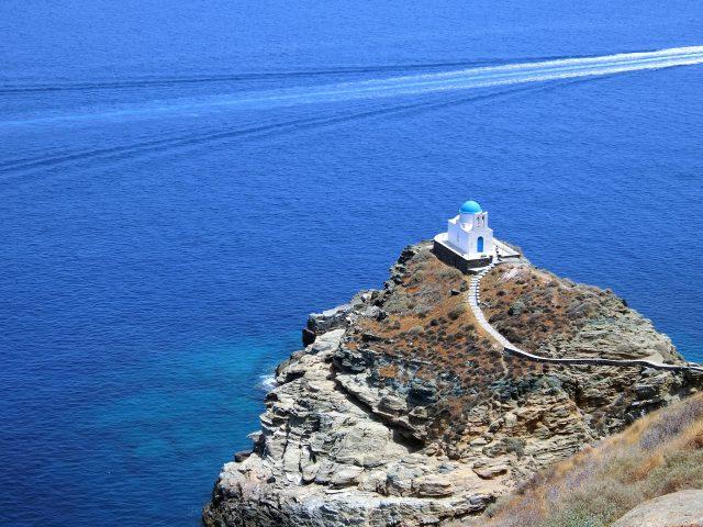 シフノス島の絶景!エーゲ海に浮かぶエプタ・マルティロン教会