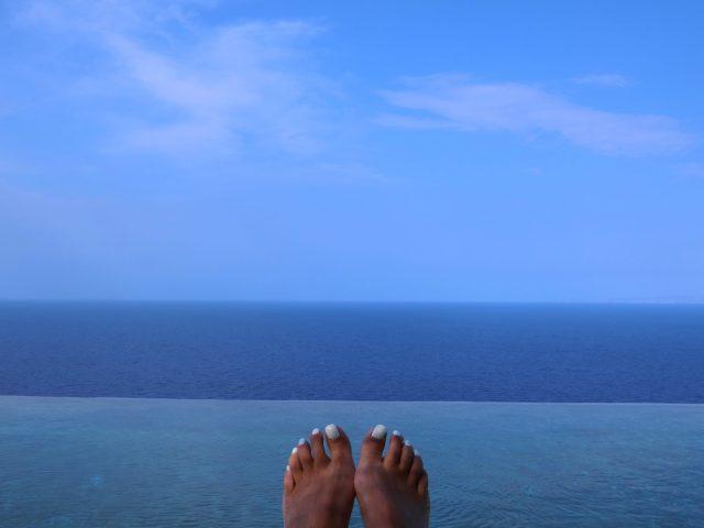 シフノス島の極上の景色を見おろすインフィニティプール@Verina Astra Hotel