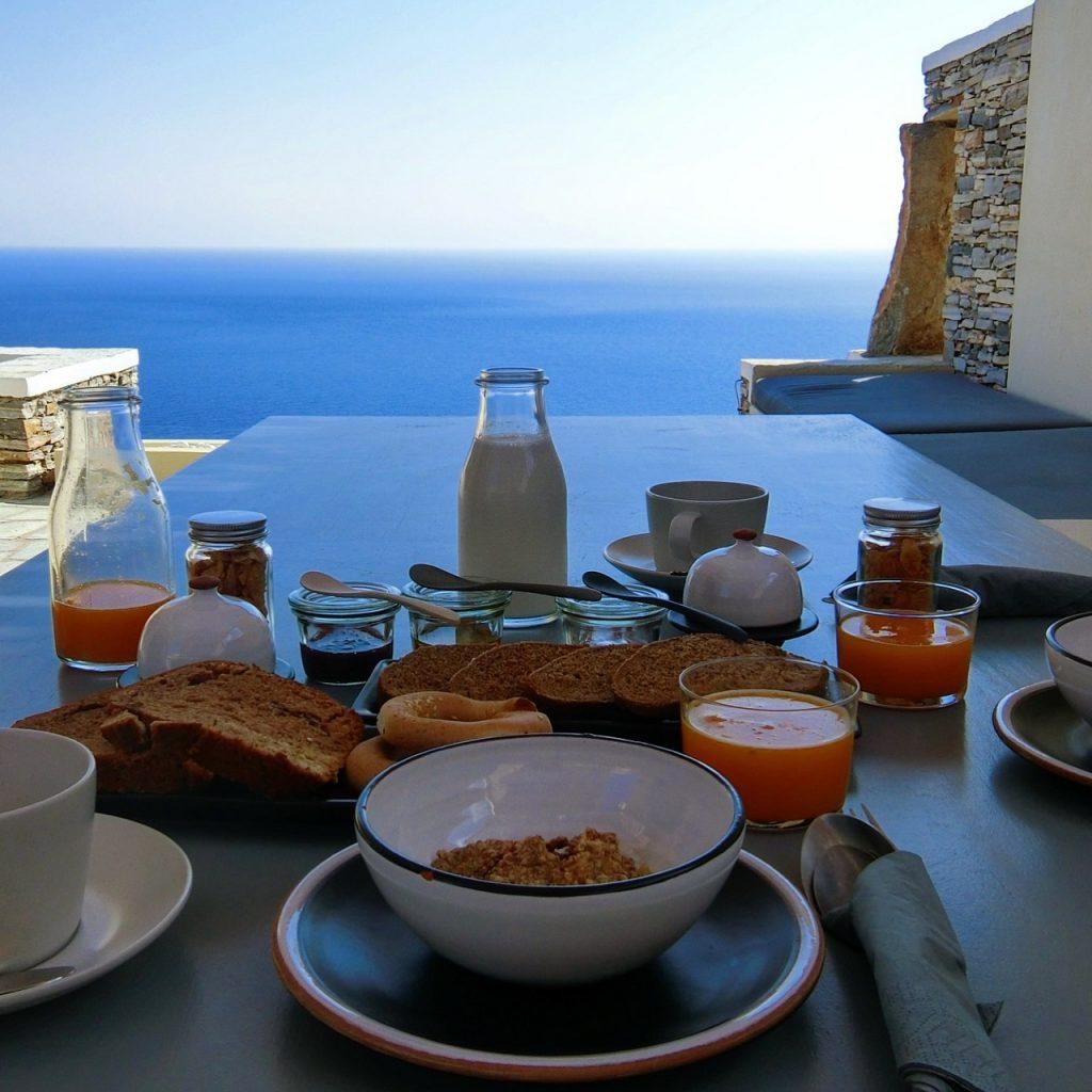 プライベートテラスで朝食が最高!エーゲ海を望むシフノス島のVerina astra hotel