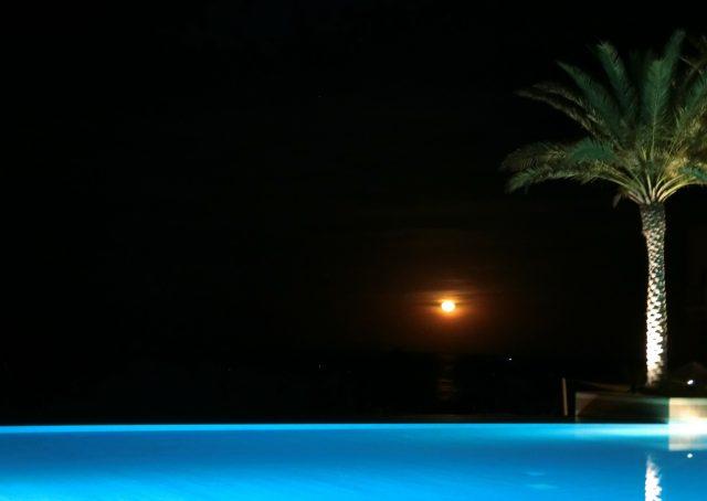 オマーンで水平線から登る赤い月を見た@シャングリラ アルフスン