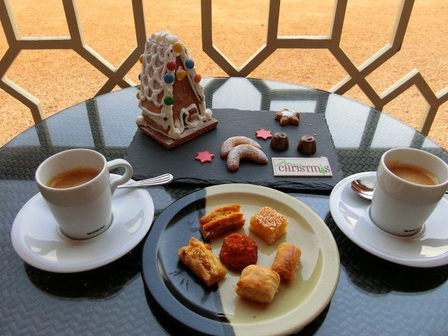 プライヴェートテラスでお菓子の家とオマーンスタイルの朝食@オマーンのシャングリラ アルフスン