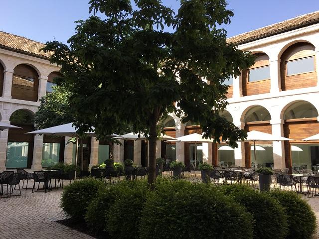 パラドール アルカラ デ エナーレスでのパティオでディナー
