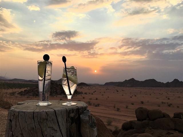 夕陽を浴びて赤く染まるダマラランドの大地を見ながらアペリティフ