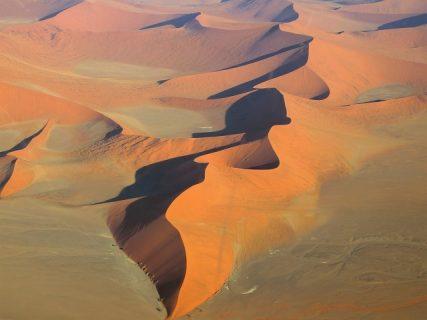 ヘリコプターに乗ってナミビアの夕陽に染まるアプリコット色の砂丘を眺めよう♪