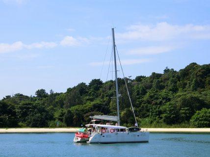 カタマランに乗ってセントーサ島沖をクルージング