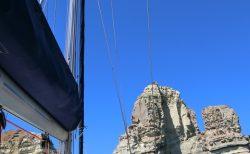 ミロス島のクリスタル ブルーの海をクルーズ!①海賊が隠れていたクレフティコ