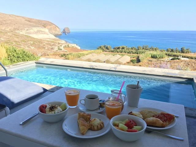 ミロス島でエーゲ海を見ながら朝ごはん@Breeze