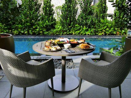 プールサイドで朝ごはん@ザ バッラクス ホテル セントーサ