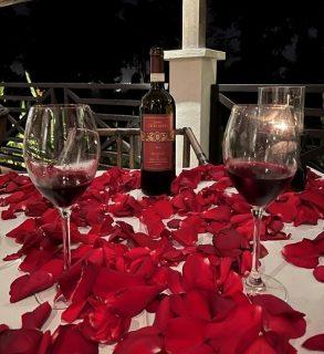 テーブルには赤い薔薇の花びら!タマリンドでのヴァレンタイン デイナー@ヴィラサマディ