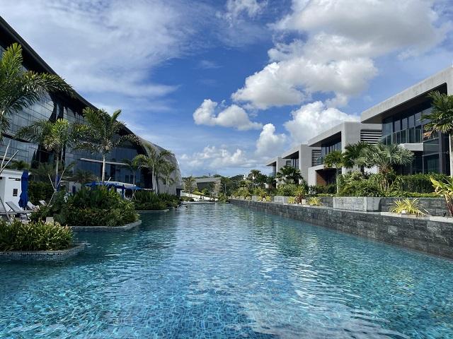 デュシタニ ラグーナ シンガポールのプールサイドで過ごす昼下がり